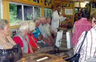 Senioren zu Gast im Mini-Museum.