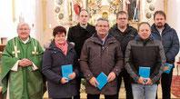 Stadtpfarrer Wolfgang Häupl mit den Mitgliedern der neuen Kirchenverwaltung.