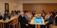 Pfarrer Wolfgang Häupl und die Mitglieder des KDFB Ast bei der Jahreshauptversammlung.