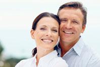 Schon nach wenigen Tagen können Sie Ihr Leben mit neuen Zähnen genießen (© laflor - iStockPhoto.com)