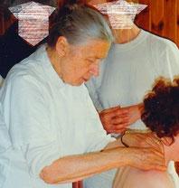 Dr. Collier prüft das Bindegewebe