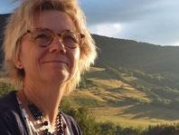 """Anne-Claire PERRUCHON, créatrice des marques """"Une idée derrière la tête"""" et """"En Coulisses"""". Portrait photographié en montagne."""