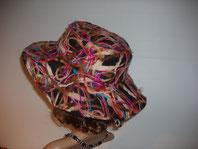 Chapeau capeline en tissu avec des fils bariolés