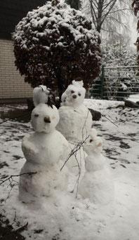 Foto mit drei Schneemännern vor der Kinderagesstätte St. Josef