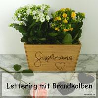 Selbstgemachtes Geschenk zum Muttertag: Einen Blumentopf mit einem Lettering - Brandkolben und Filzstift