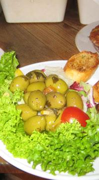 Eingelegte Oliven mit Knoblauchbrot