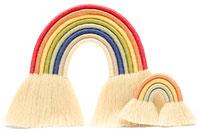 deux arc en ciel en corde macramé, un grand et un petit, côte à côte