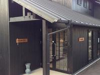 カフェaloha mai は、大阪熊取町にあります。奥様である田中弘子さんが主宰するスタジオLOCOMO も併設されています。子どもから年配の方まで、ダンスや健康体操など、エクササイズの後にはカフェでほっこりもできます。アロハダンス講習会では、音楽は田中克彦さんの生演奏で行われているそうです。