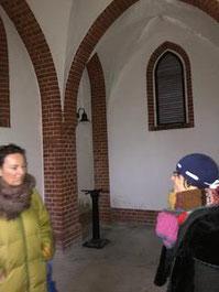 Unter den Bögen des historischen Gebäudes, das 1893 erbaut wurde.