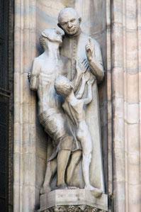 OmoGirando il Duomo - la statua di Don Orione