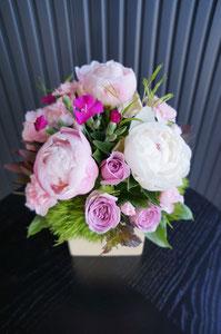 フラワーギフト・花・お祝い・誕生日 大きなシャクヤクと薄紫のバラで大人らしい落ち着いたアレンジ