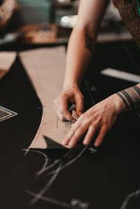 Photo by Sebastian Hilgetag; Aufzeichnen des Maßschnittmusters auf dem Oberstoff in der Werkstatt von Manuela Leis