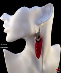 Boucles d'oreilles pendantes plumes bordeaux et strass