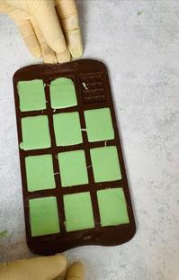 Schokolade in die Silikonform füllen