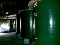蔵に並ぶタンク