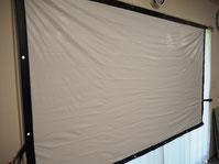 スチーム前のプロジェクタースクリーン(PVC素材)