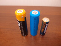 18650型と通常の単三電池の比較