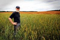 agriculteur dans son champ de céréales pour création de site internet par e-cime web