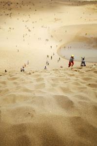 広大な砂丘に立つ