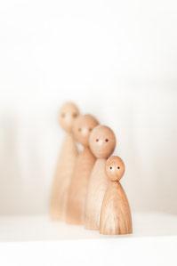 Aufstellung einer Generationslinie aus Holzfiguren