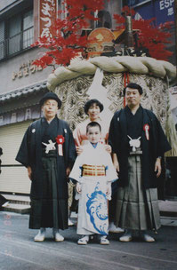 踊町復帰で親子三代でくんち奉納に参加。松下さん(右)、若いです。