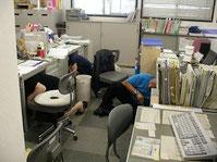 ▲ 地震発生!机の下へ!