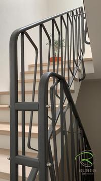 Treppenrenovierung von Schreinerei Holzdesign Ralf Rapp in Geisingen mit saniertem Metall-Treppengeländer anthrazit pulverbeschichtet, Treppensanierung von Schreinerei Holzdesign Ralf Rapp in Geisingen, renoviertes Treppenhaus mit Eiche Treppenstufen