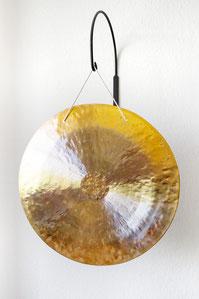Feng-Gong  - der Praxis Raum für Beratung  - golden, an einer Wandhalterung befestigt
