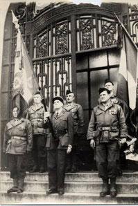 Le drapeau du 91e RI accompagné de sa garde en 1960