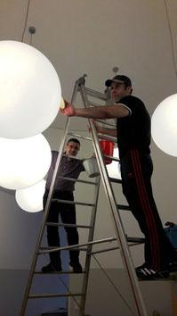 Nidal und Hassan auf der Leiter