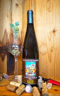 Een fles Gewurztraminer Vendange Tardive in een kist met een glas