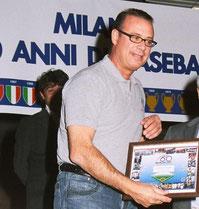 Nella foto Paolo Cherubini riceve un premio alla carriera da parte del Milano United