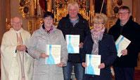 Den Kommunionhelfern überreichte Ruhestandspfarrer Raimund Arnold die Urkunden des Bischofs für weitere fünf Jahre Dienst.