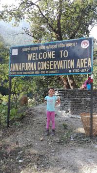 Miriam am Eingang der Annapurna Conservation Area