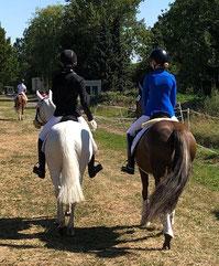 Anna und Allegra auf dem Weg zur Dressur