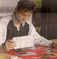 Stefan Seidel bei der Vorbereitung der Ausstellung