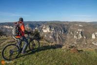 un cyclotouriste sur le Causse Noir