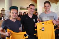 Noch A-Jugend-Spieler Marc Steffen (links) und Tobias Wirsching (rechts) werden vom Trainer der 2. Herren, Philipp Testera, willkommen geheißen