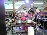 Selina und Lena bei der Schlagzeugprobe