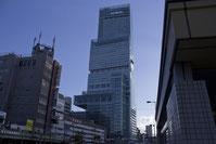 Abeno Harukas la plus haute tour, building du Japon en compagnie d'un guide parant japonais