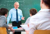Lehrer unterrichtet vor Schulklasse