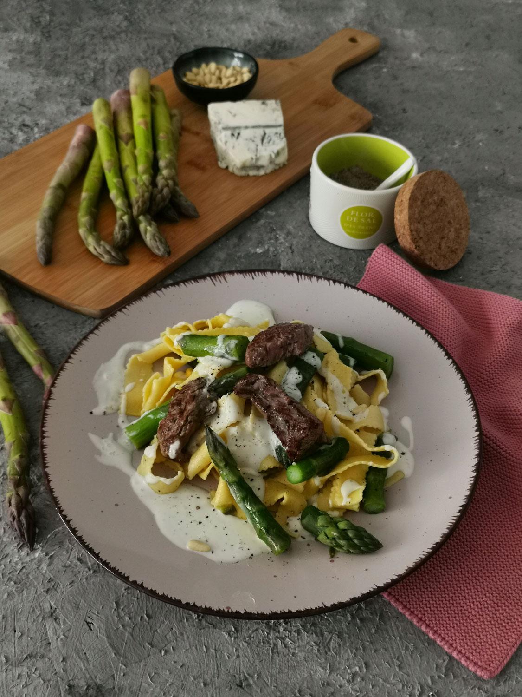 Rinderfiletspitzen mit grünem Spargel und Gorgonzolasoße
