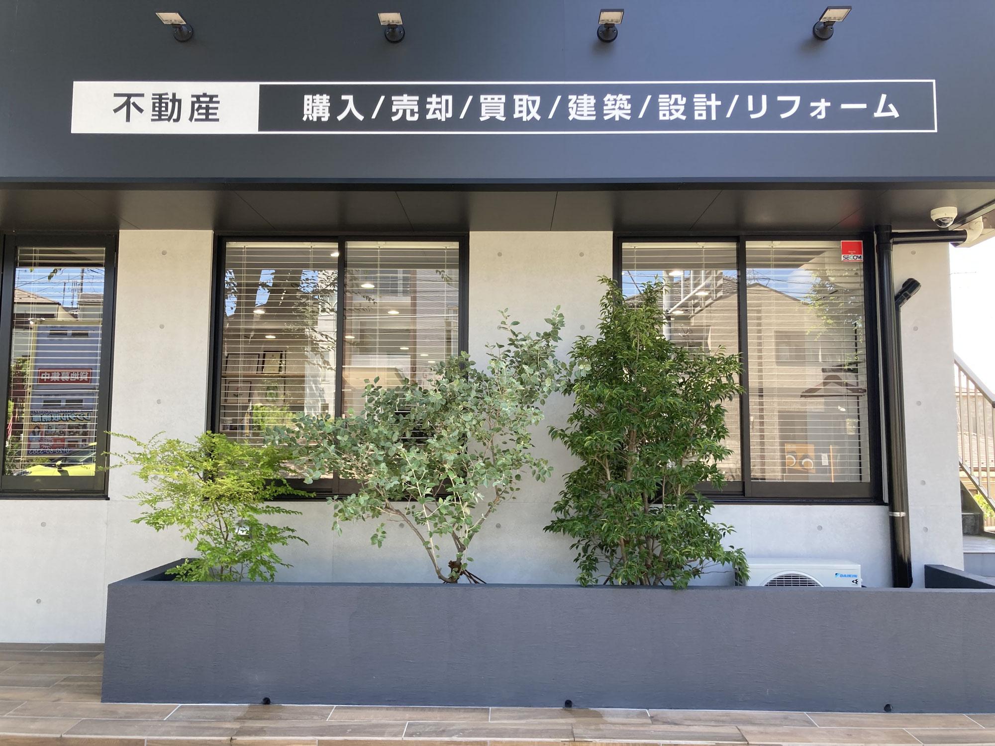 横浜市泉区の不動産会社の店頭の植栽。