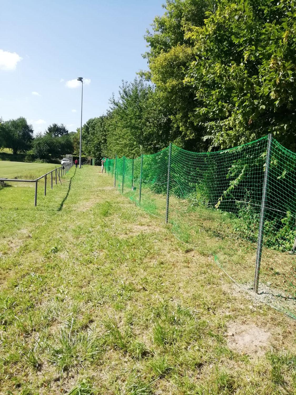 Neuer Ballfangzaun am Sportplatz errichtet