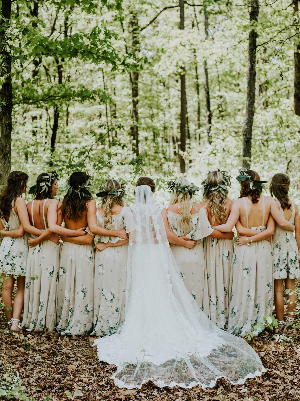 La couronne de fleurs pour un mariage divin