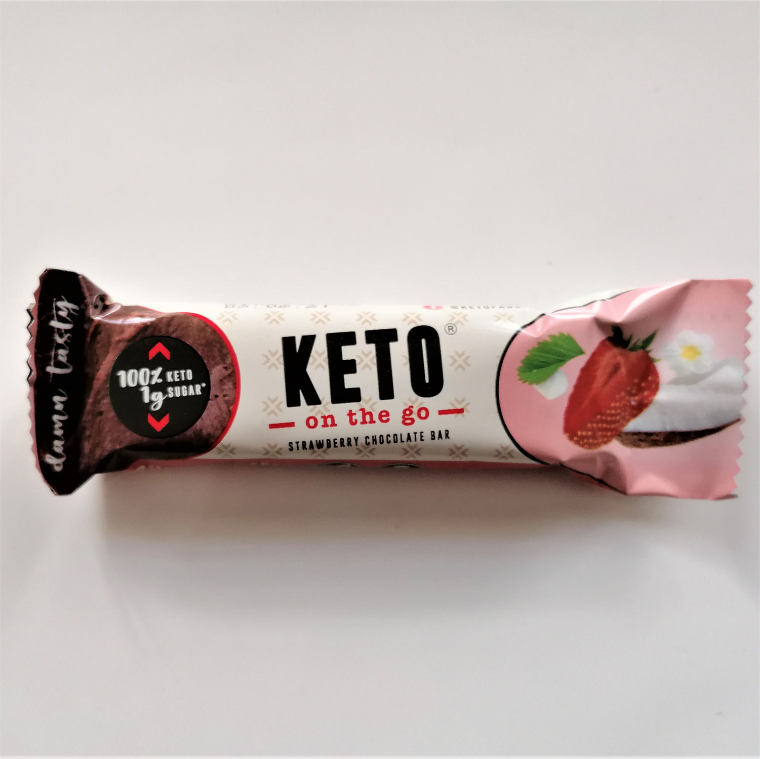 KETOFABRIK - KETO STRAWBERRY CHOCOLATE BAR: KAUM ZUCKER MIT KOKOS & ERDBEERE