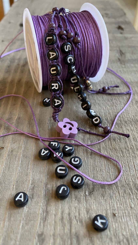 Buchstabenperlen- Armbänder