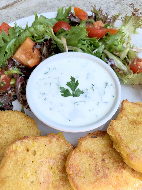Maislaibchen mit Korianderjoghurt