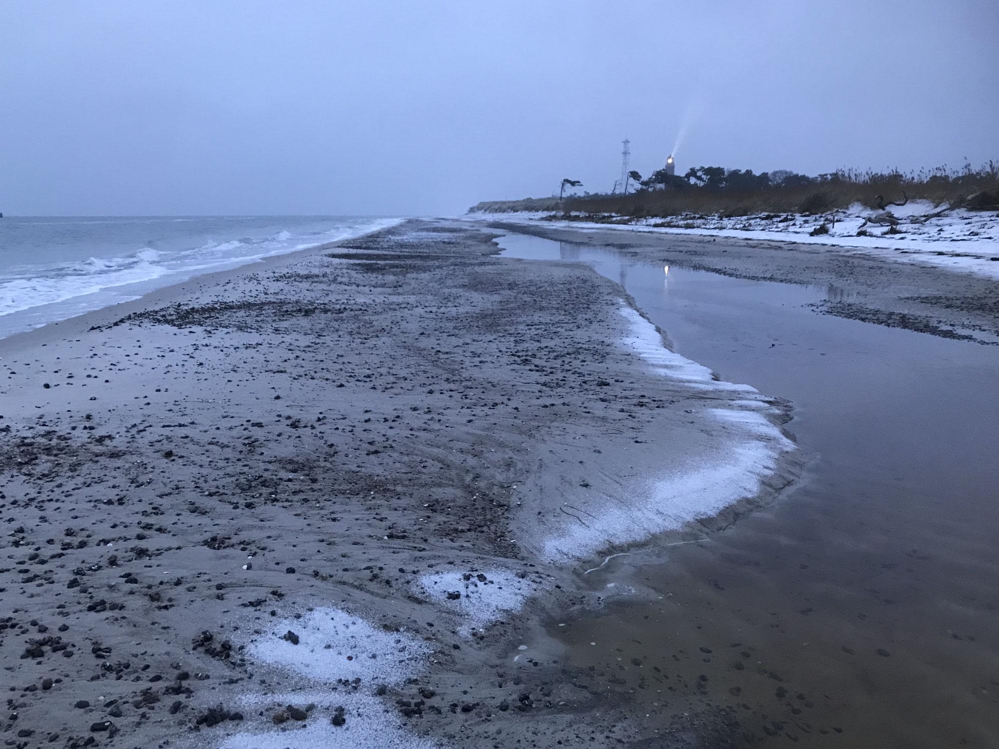 Grau und Schnee an der See - Symphonie der Melancholie