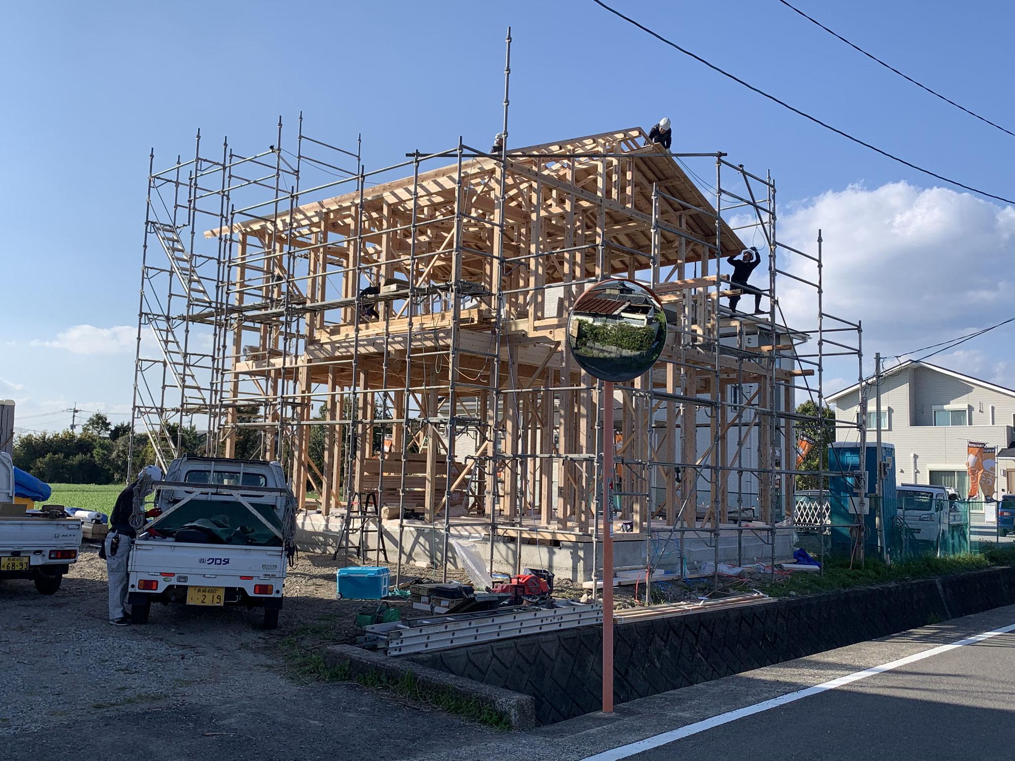 小野島分譲地で棟上げです。